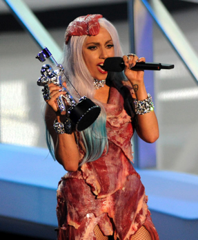 Lady Gaga au MTV Video Awards vêtue d'une robe de viande crue